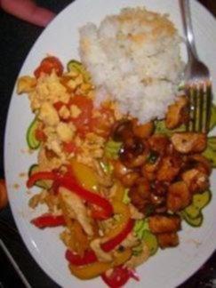 ryż i kurczak z warzywami danie w stylu chi�skim